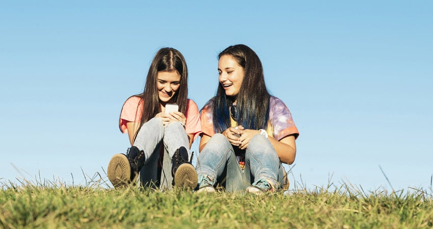 c-gti_school-girls-sitting-on-the-grass