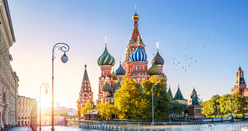 a-St. Basil's Cathedral on Red Square in Moscow and the morning autumn sun_647526577